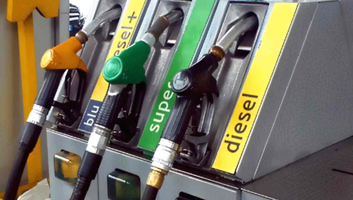 Le compagnie petrolifere si approfittano del ponte tra Pasqua e 1 maggio e la benzina supera i 2 euro