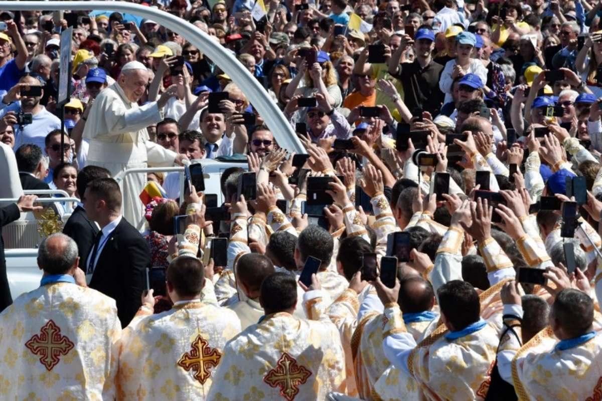 Il Papa a Blaj beatifica 7 vescovi martiri del regime comunista