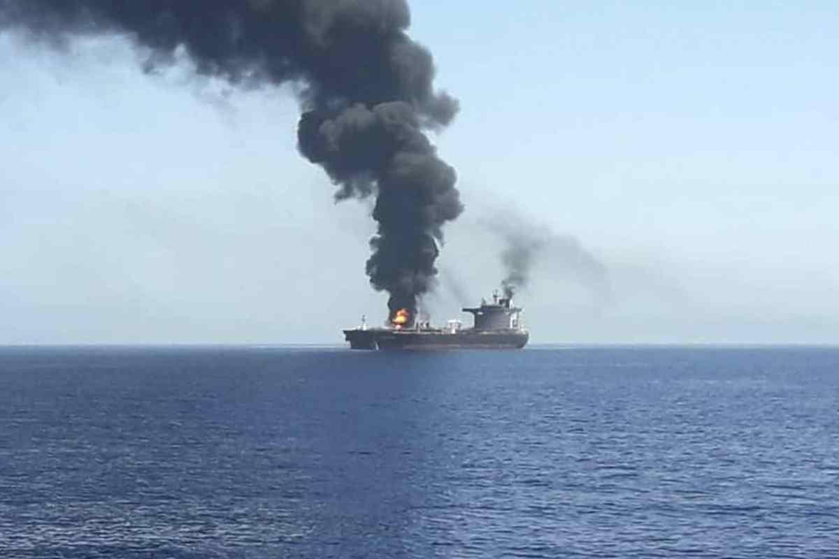 Due petroliere colpite nello stretto di Hormutz