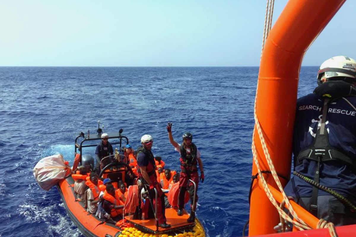 La Ocean Viking salva dei migranti in difficoltà al largo della Lilbia