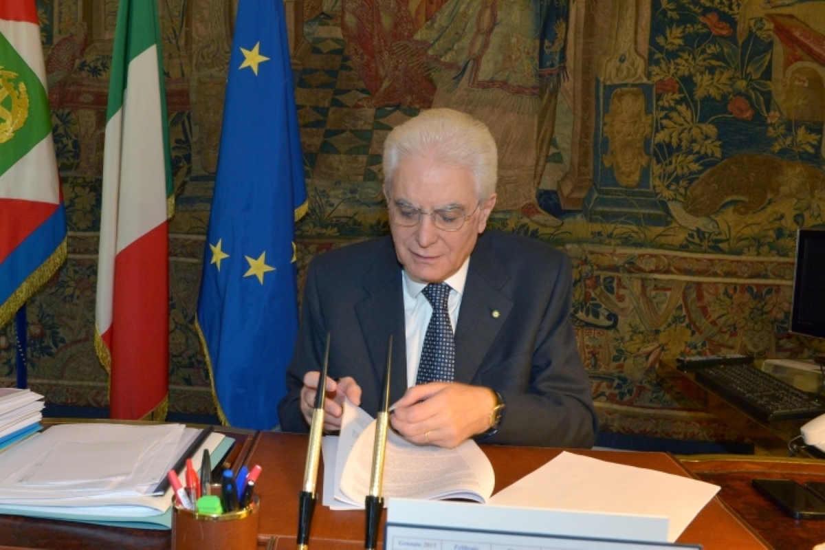 Mattarella firma il decreto sicurezza bis facendo notare che non può bloccare le navi che abbiano migranti a bordo