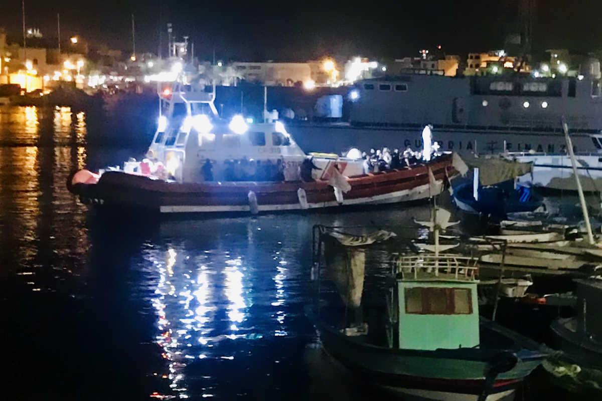 Continuano gli sbarchi autonomi a Lampedusa: in 12 ore arrivate 49 persone