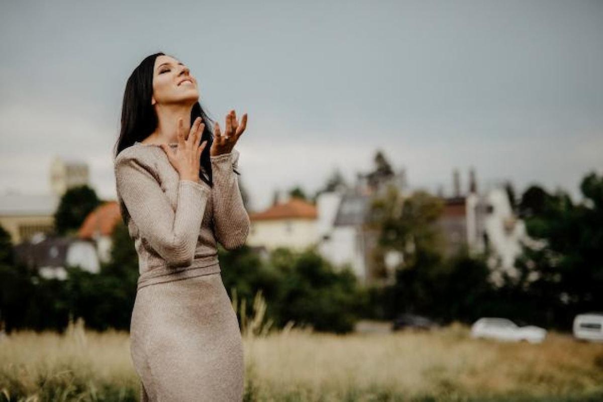 """Caroline Kreutzberger """"I colori della vita"""" è il nuovo singolo della cantante austriaca"""