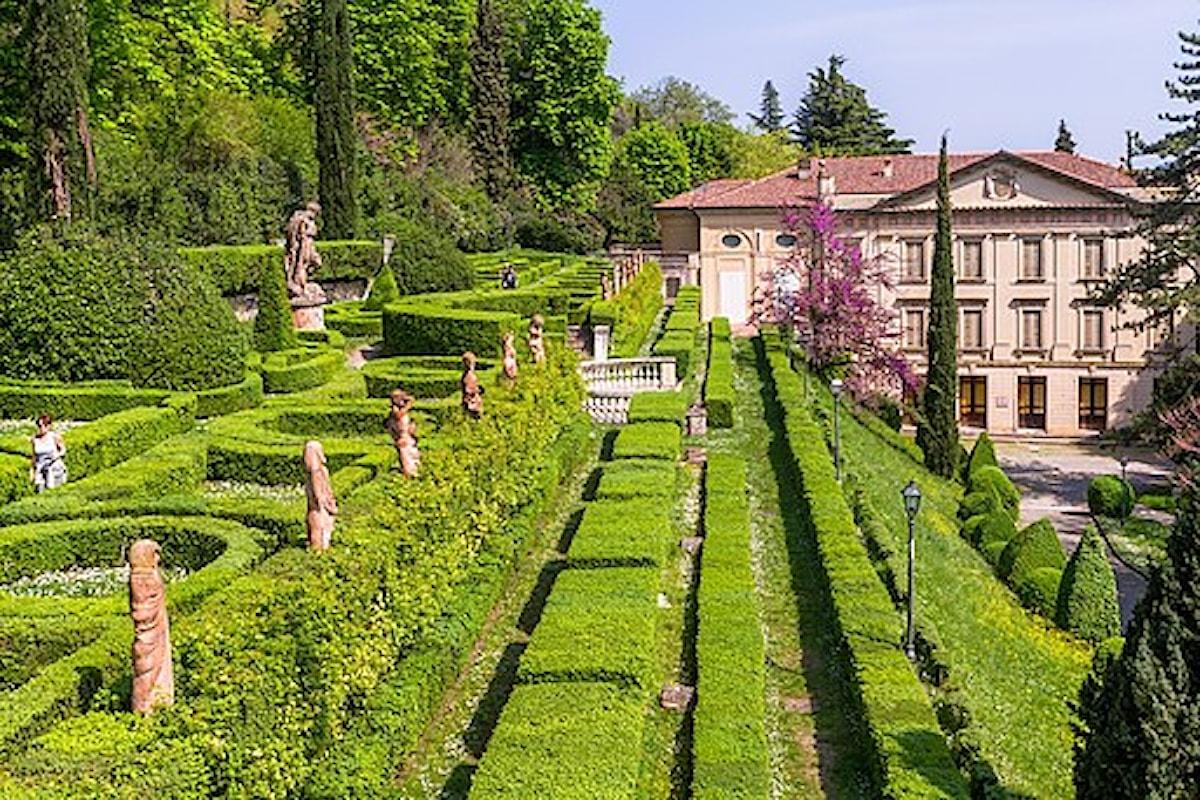 Giardini rigogliosi dove sculture, fontane, vasi in marmo, busti e grotte artificiali trovano il loro regno