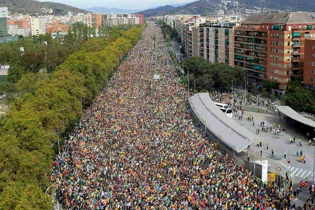 A Barcellona hanno sfilato più di 500mila persone per protestare contro le condanne dei leader indipendentisti catalani
