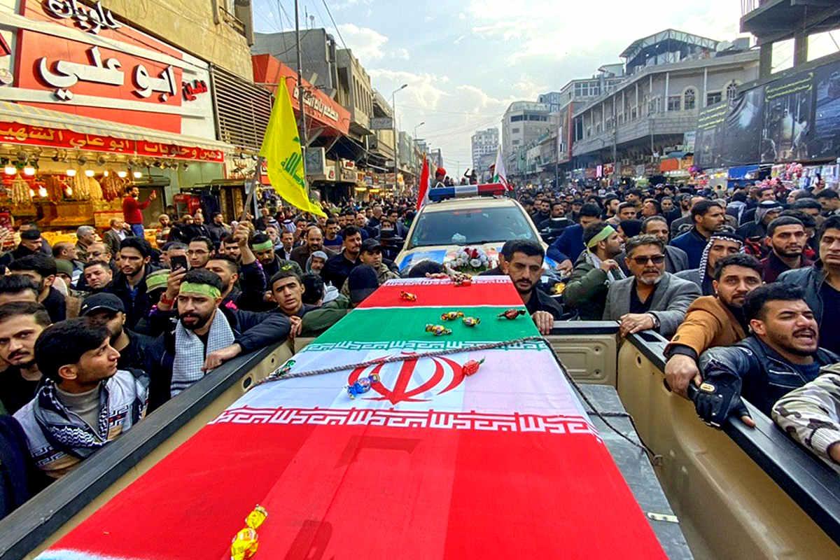 I funerali di Soleimani a Baghdad, in attesa di quelli che si svolgeranno martedì in Iran