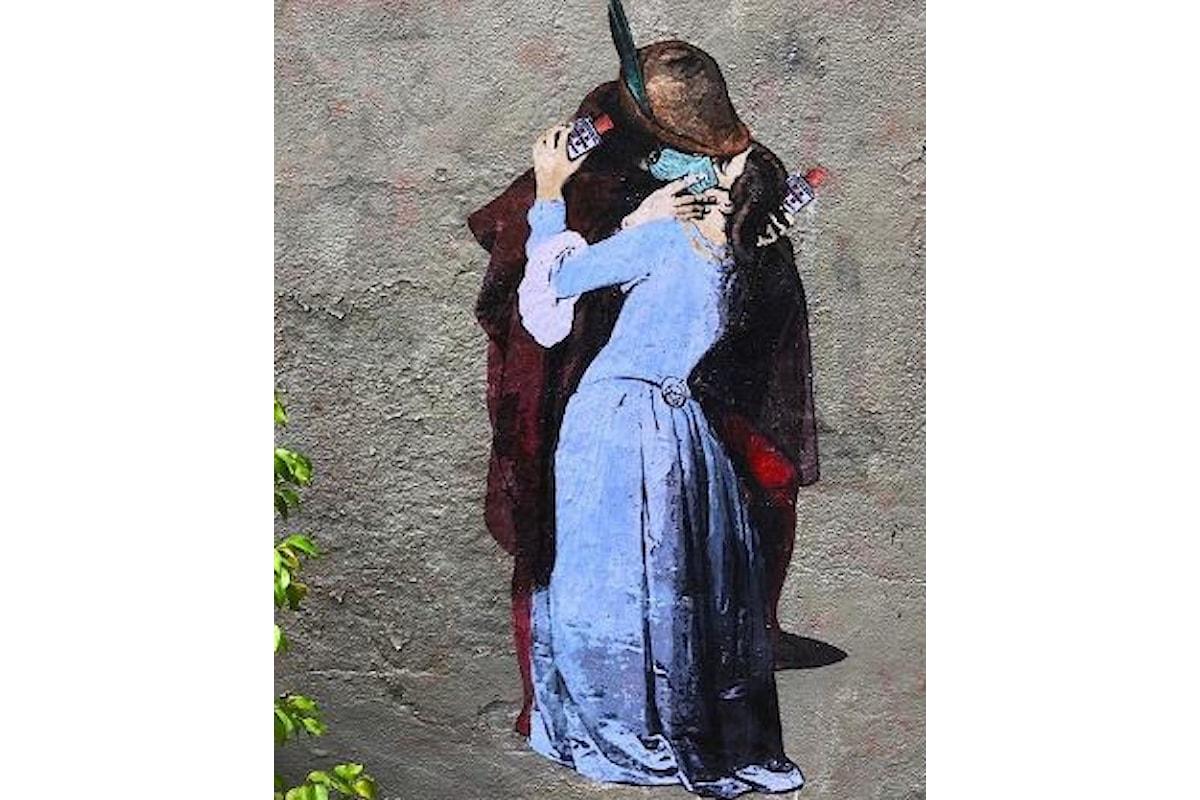 Opera di Tvboy a Milano: raffigura gli amanti de Il Bacio di Hayez con mascherina e Amuchina