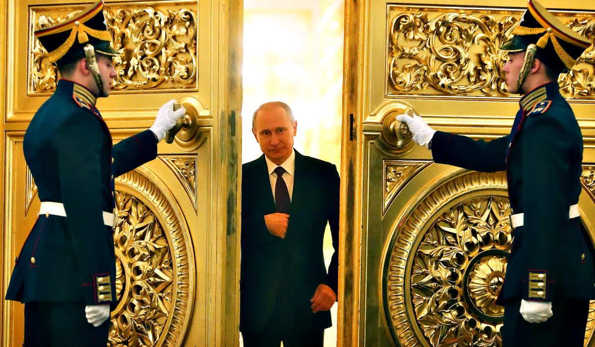 I russi al voto per la riforma costituzionale che darà la possibilità a Putin di diventare presidente a vita