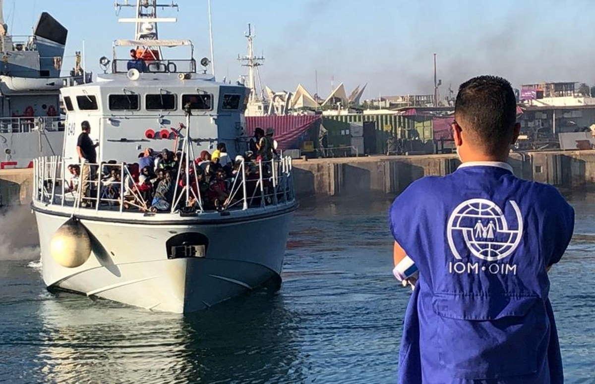 I migranti scappano per non tornare nei centri di detenzione: i libici sparano e ne uccidono due, tre i feriti