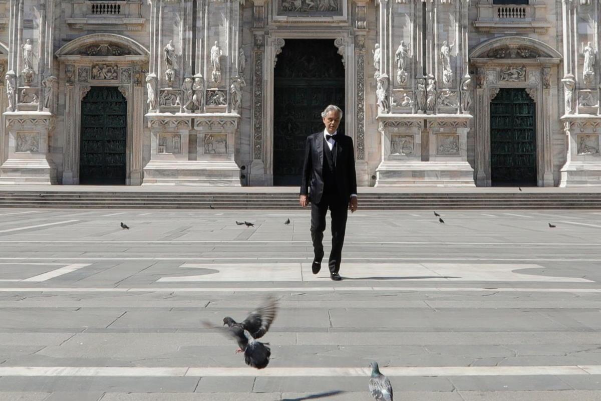 La carriera di Andrea Bocelli, da cantante a capo claque di Matteo Salvini
