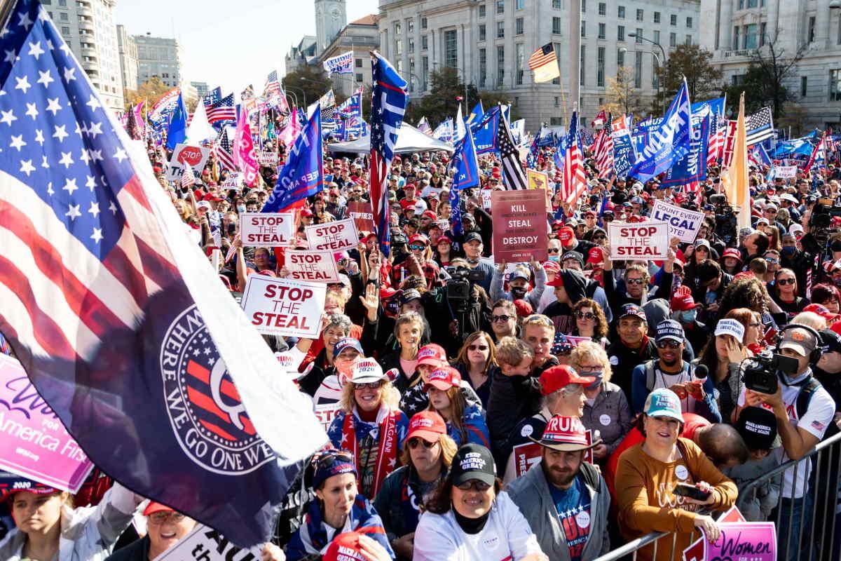 I trumpiani si sono dati appuntamento a Washington per sostenere la follia del loro leader