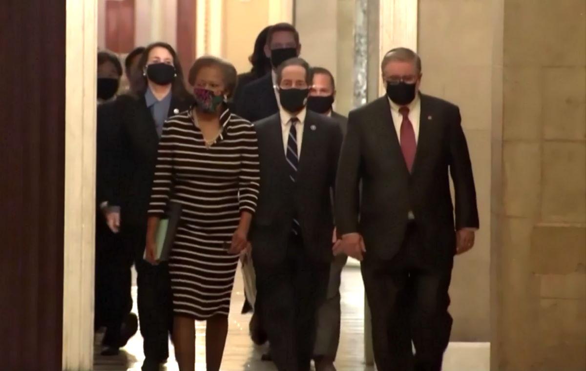 I leader della Camera hanno consegnato al Senato l'atto di accusa per l'impeachment nei confronti di Trump