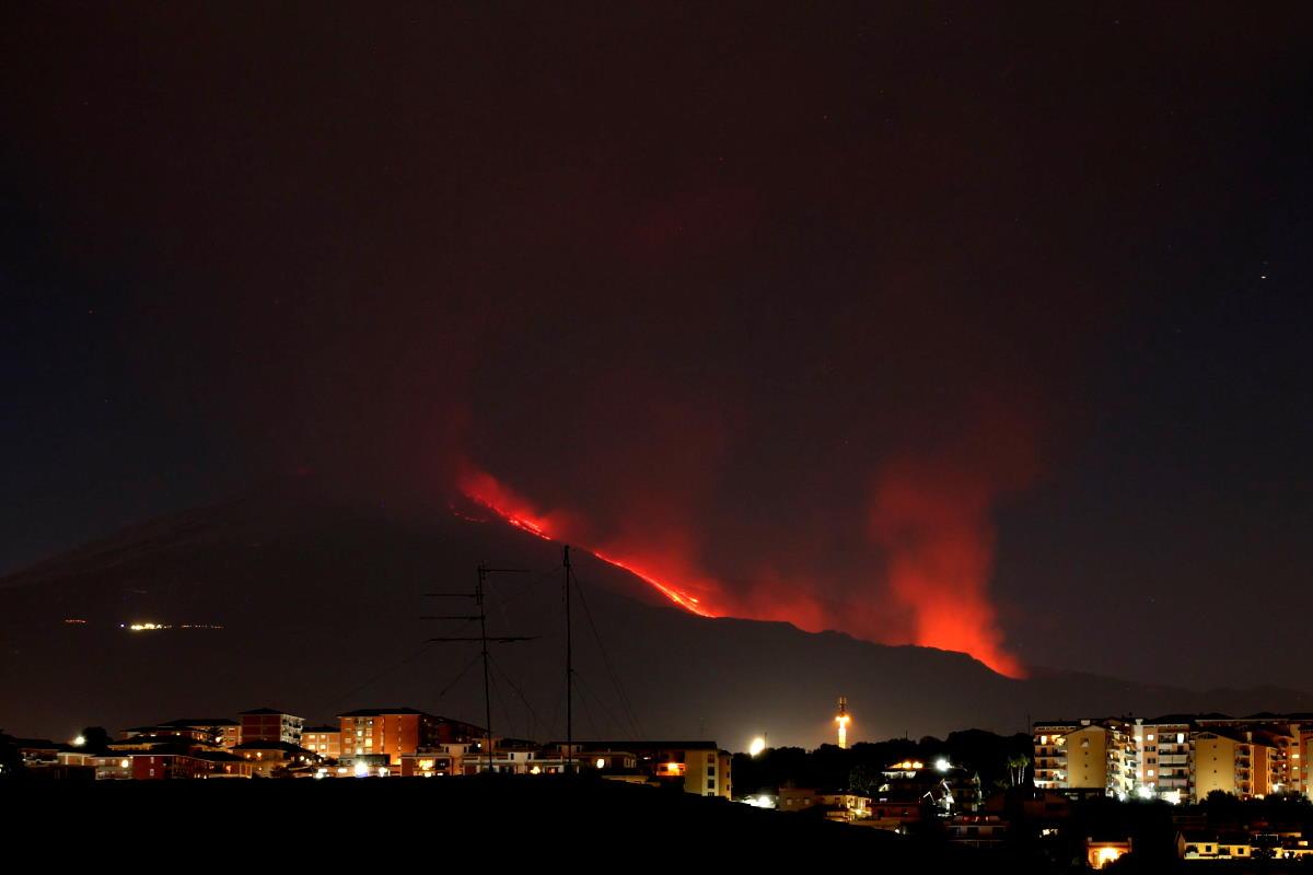 Una spettacolare eruzione è in corso sull'Etna