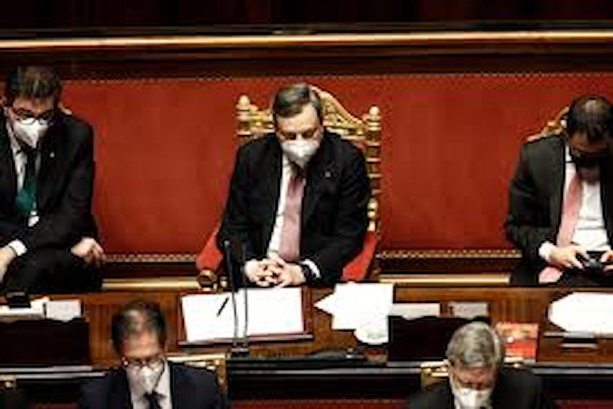 Draghi alla Camera parla di ricostruzione come nel dopo guerra e cita il Papa, ma le perplessità rimangono