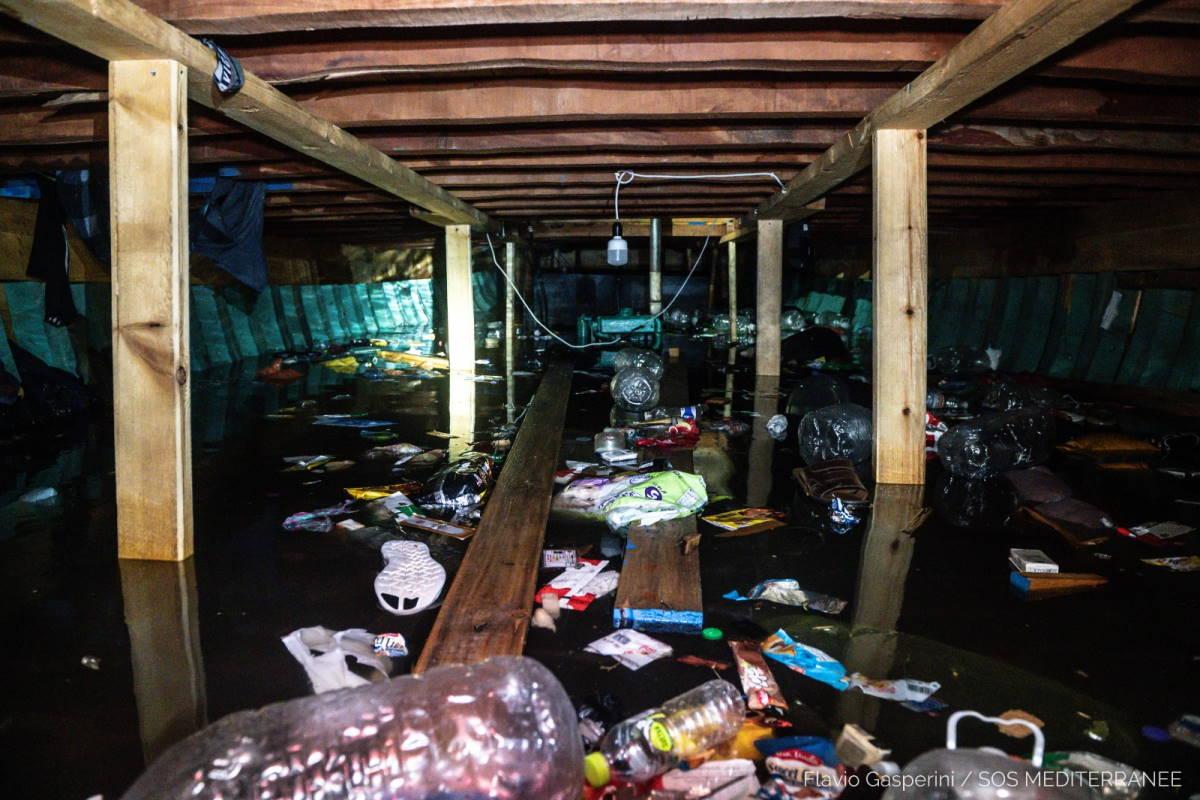 Sea-Watch 3 e Ocean Viking salvano circa 400 persone da un barcone destinato ad affondare