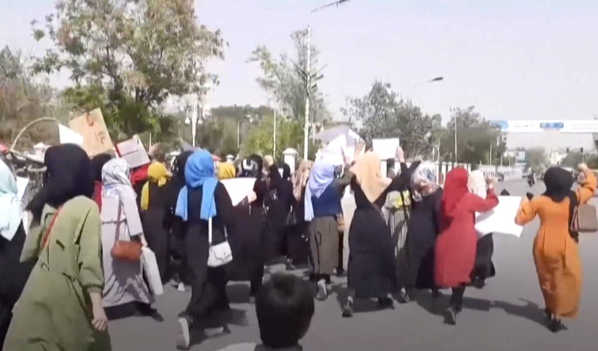 Afghanistan, i talebani sparano per disperdere le donne (e gli uomini) che a Kabul manifestano contro di loro