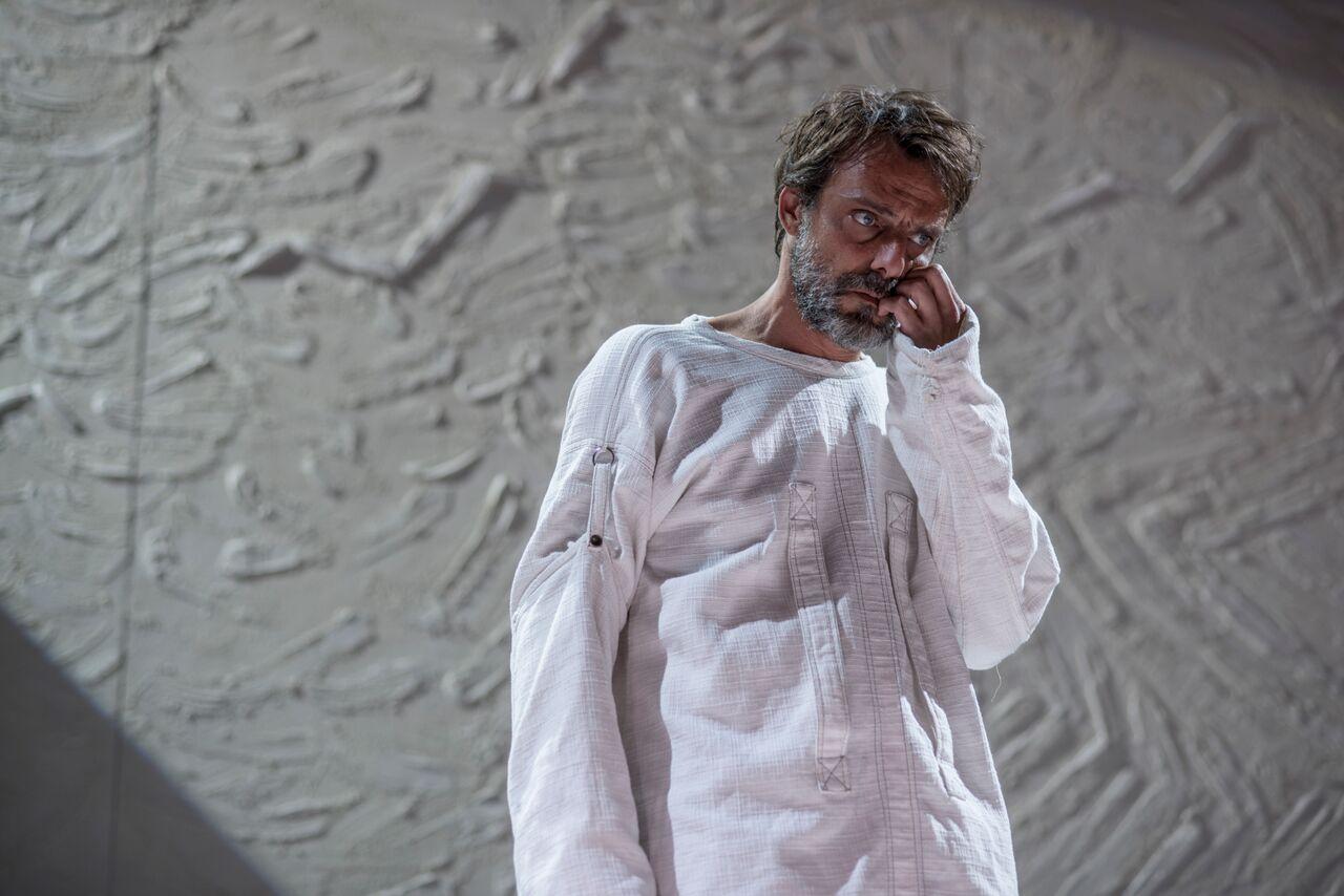 VINCENT VAN GOGH: L'odore assordante del bianco nel modo giusto di stare male. Teatro Manzoni a Milano