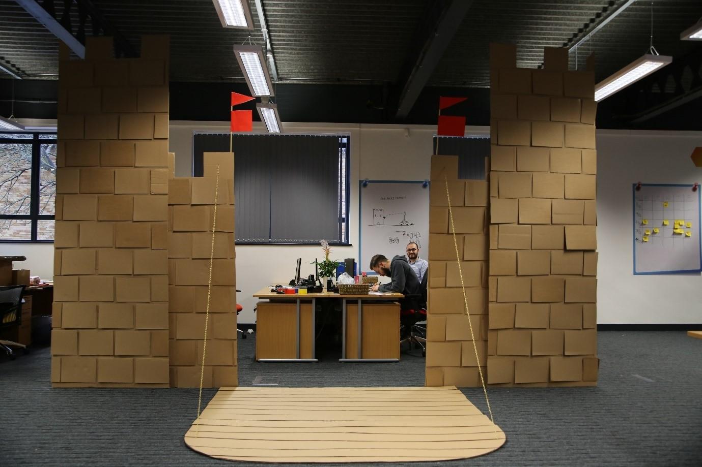 Un gigantesco castello di cartone in ufficio per proteggervi dai colleghi!