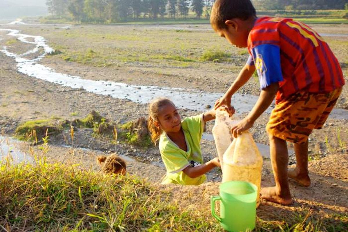 In alcune aree del mondo, donne e bambini spendono 200 milioni di ore per rifornirsi di acqua