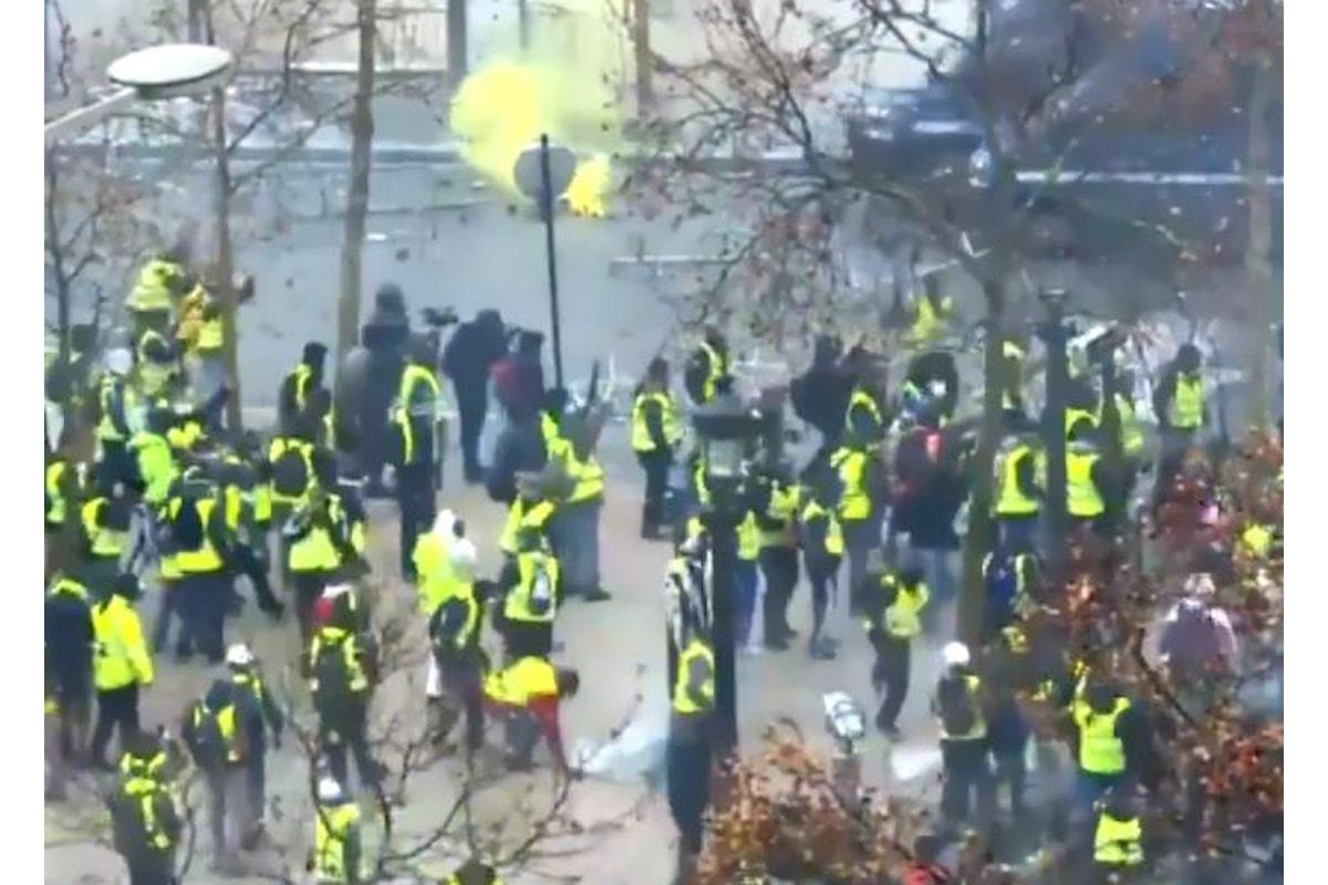In tutta la Francia terzo sabato di protesta dei gilet gialli che chiedono le dimissioni di Macron