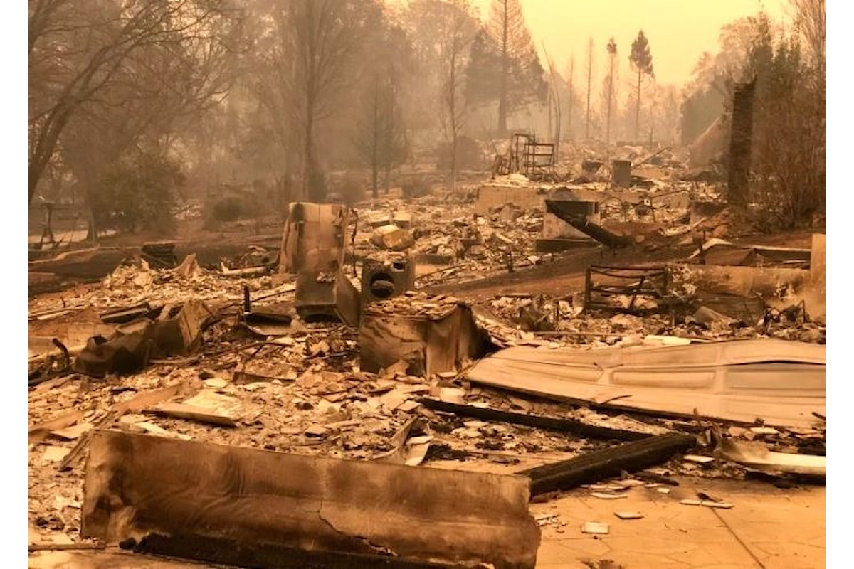 Camp Fire, l'incendio più grave mai registrato in California, ha causato finora 23 morti