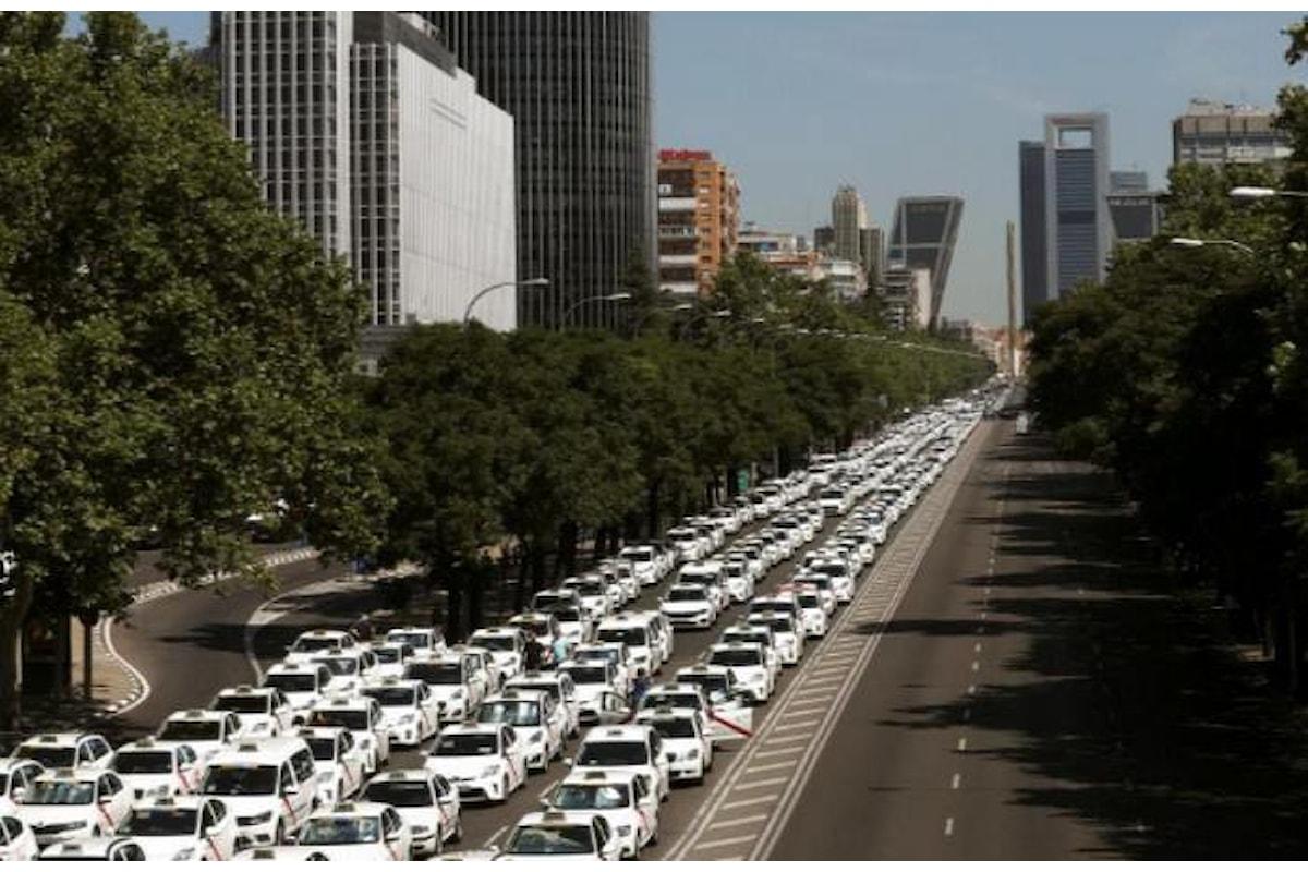 Taxi en lucha, lo sciopero dei tassisti spagnoli contro Uber blocca Barcellona e Madrid