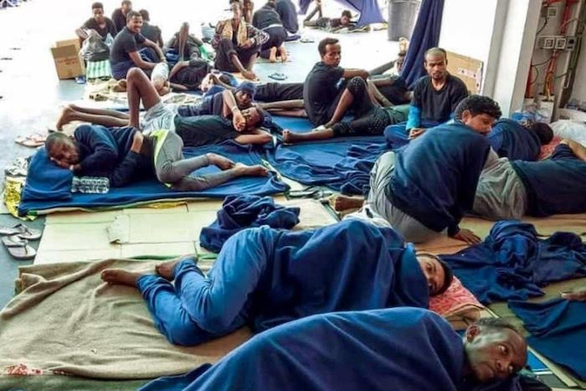 Sbarchi, l'Italia annuncia conseguenze per l'Europa ma continua a tenere in ostaggio i migranti sulla Diciotti