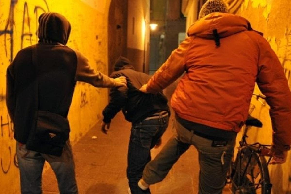 Calci e pugni per strada, 5 minori nei guai in Campania