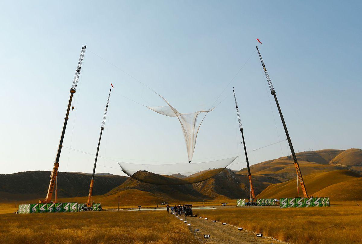 Nuovo record mondiale: si lancia da 7.600 metri senza paracadute ed atterra in una rete